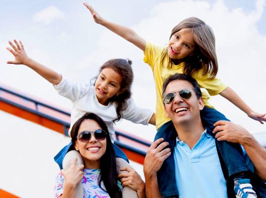Spitzen-zu-Reise-mit-der-Familie-Flugzeug